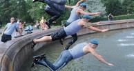 В Омске десантники купаются даже в фонтане напротив мэрии