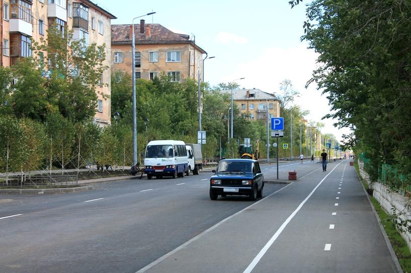Уникальный асфальт и много дорожных знаков: улица Андрианова в Омске готовится к сдаче