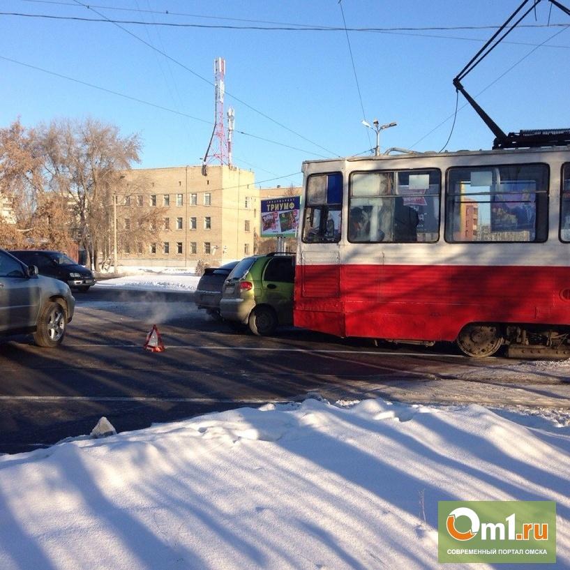 Очередное ЧП с трамваем в Омcке: на рельсах оказался Daewoo Matiz