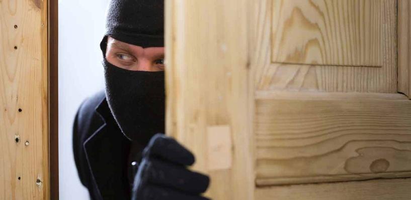 Омич застал грабителя у себя дома, когда он похищал холодильник