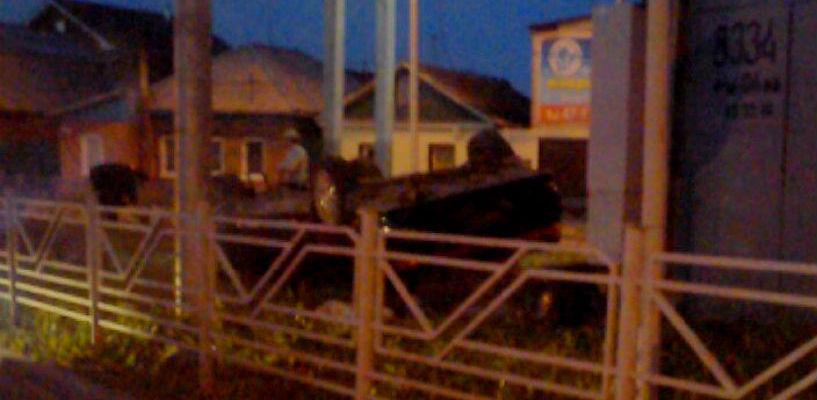 В Омске ночью иномарка перевернулась через забор – водитель исчез