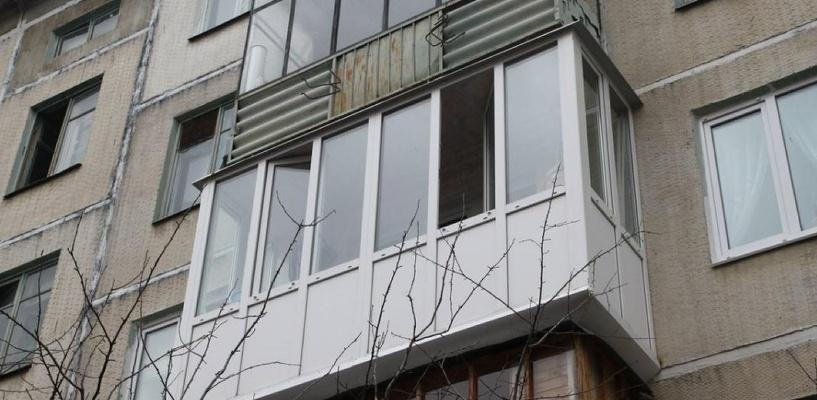 В Омске мужчина выпал из окна с четвертого этажа