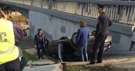 В Омске Volkswagen вылетел на ступени у Юбилейного моста
