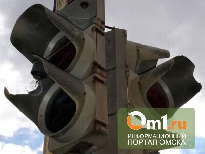 В Омске новый светофор на спуске с Ленинградского моста проработал один день