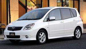 В Омске у Торгового города Toyota Corolla Spacio на скорости улетела в кювет (ВИДЕО)