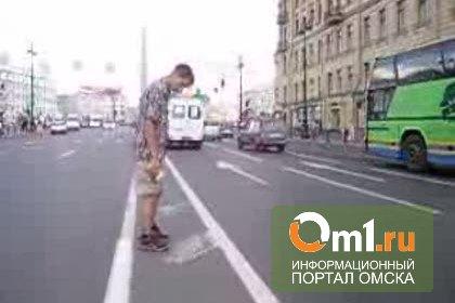 В Омске полицейские пытались убрать с дороги амфетаминщика с кирпичом в руке