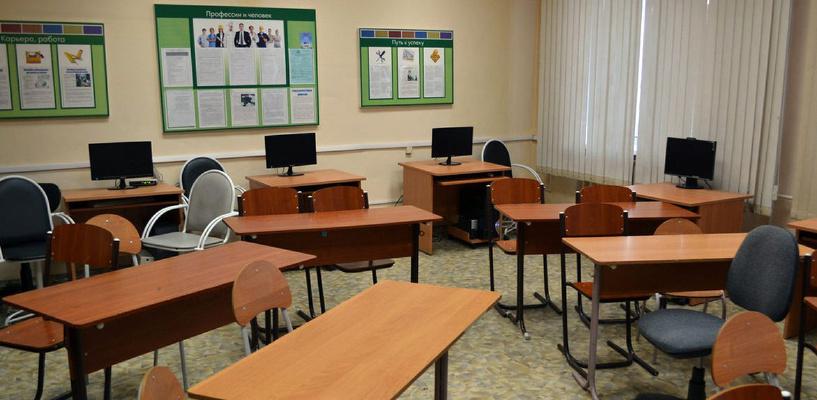 В Омске могут частично закрыть школу, в которой протекает кровля