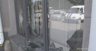 Жителя Омска, разбившего кувалдой окна в мэрии, отправили на лечение к психиатру