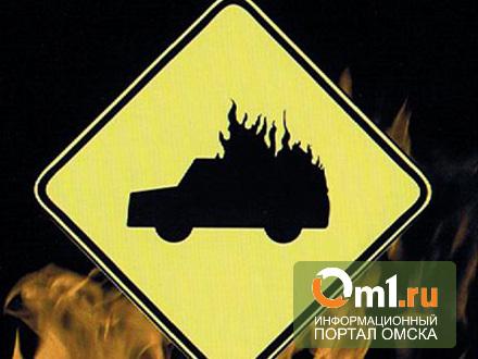 В Омске на парковке горел автомобиль BMW