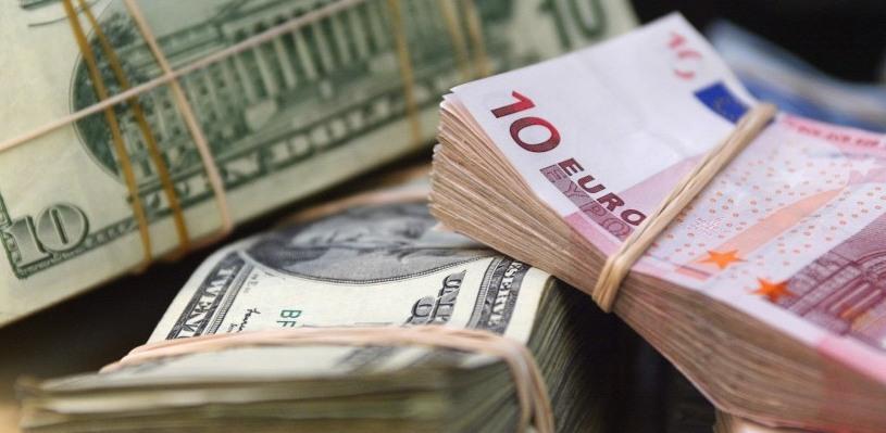 Курс валют: доллар и евро снизились к рублю на утренних торгах