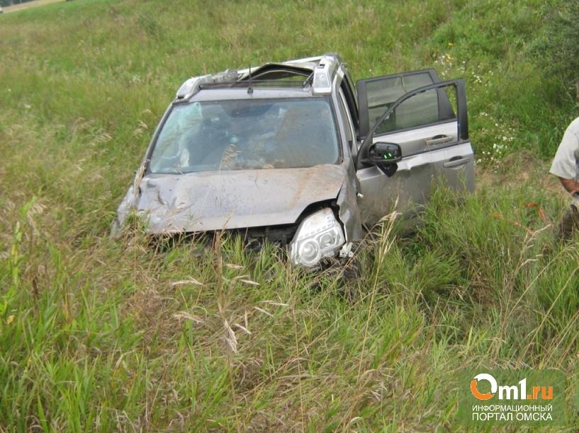 На дороге Омск-Тара в кювет опрокинулся Nissan