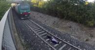 Подросток-экстремал лег под несущийся поезд ради эффектного видео