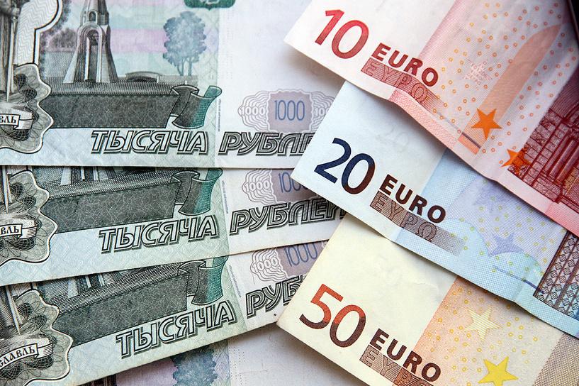 Биржевой курс евро снова перевалил за 70, доллар приближается к 64