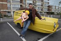 Полиция запретила британцу рассекать на машине с резиновой женщиной