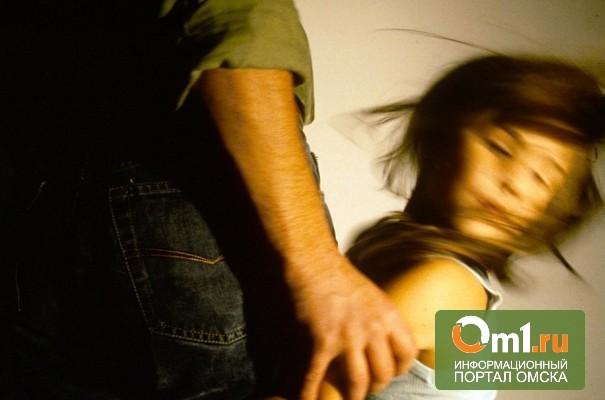 В Омской области 40-летний мужчина изнасиловал 10-летнюю падчерицу