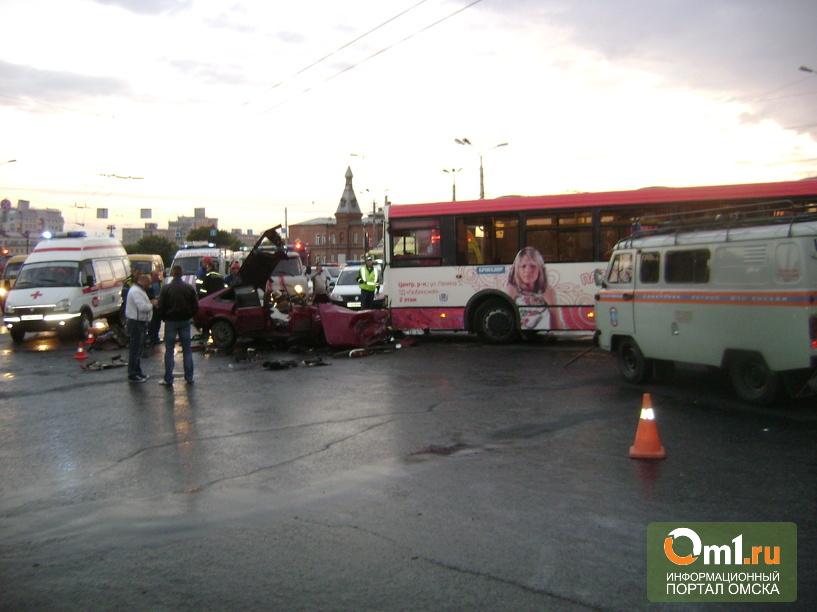 В Омске водитель легкового авто протаранил автобус: пятеро ранены
