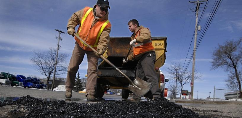 В Омске приступили к круглосуточному ремонту просохших дорог