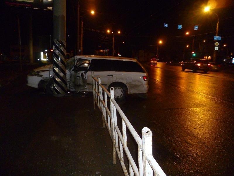 В Омске пьяный подросток влетел на машине в столб