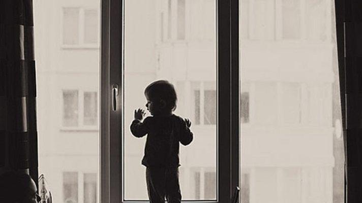 В Омске мужчина выбросил собственного сына в окно
