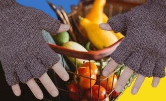 Голодный омич в шлепках отобрал у пенсионерки продукты
