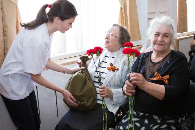 «Газпромнефть-Региональные продажи» поздравили омских ветеранов с Днем Победы