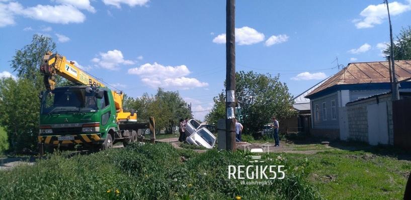 В Омске застрявшую в кювете иномарку спасали с помощью крана