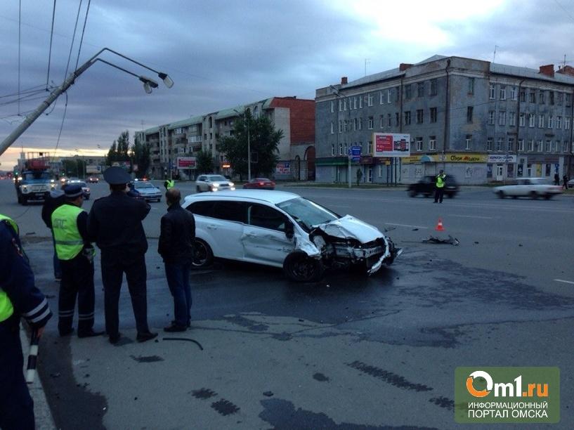 В центре Омска водитель Ford на скорости снес фонарный столб