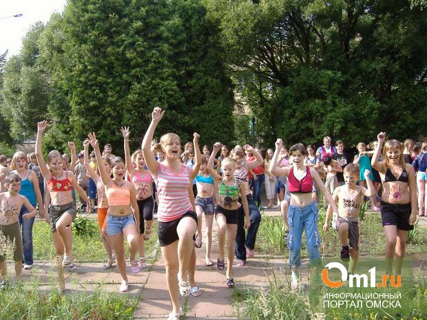 В омских лагерях детей развлекают самодеятельным «Камеди Клабом»