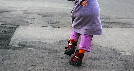 В Омской области авто на парковке у дома сбило 4-летнюю девочку
