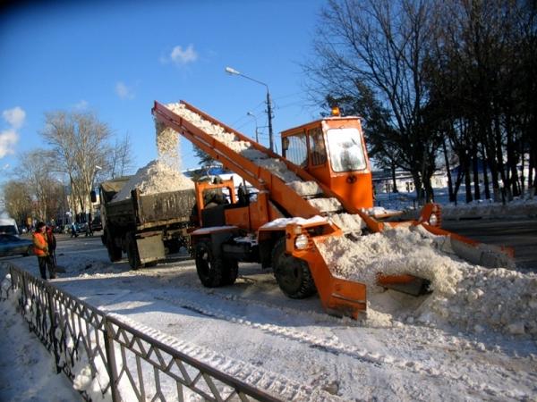 Омские дорожники до сих пор расчищают дороги после недавних снегопадов