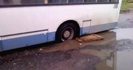 Спасение общественного транспорта: омичи толкают застрявший автобус