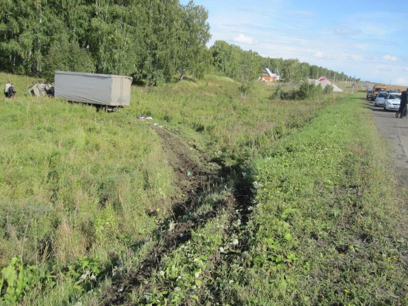На трассе Тюмень – Омск грузовик опрокинулся и придавил водителя