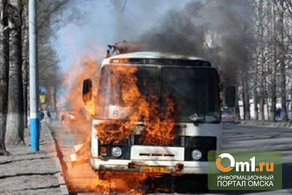 В Омске на конечной остановке ПО «Иртыш» горел автобус
