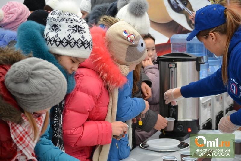 В Олимпийском доме омичи стояли в очереди за чаем