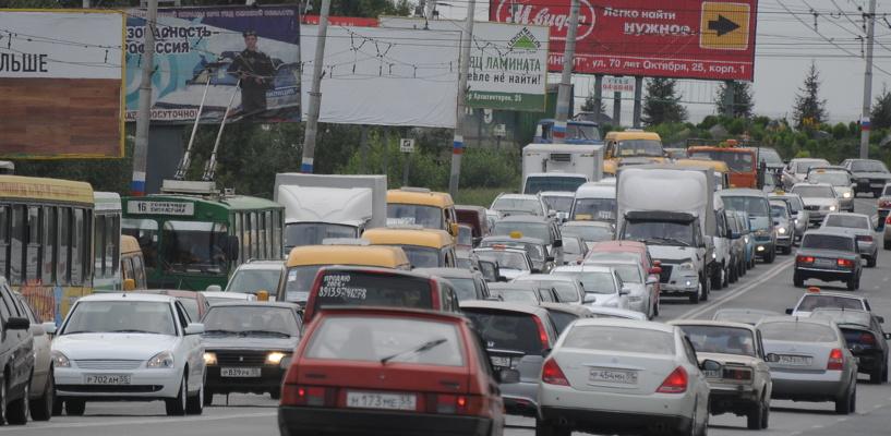 Омичи застряли в многокилометровом заторе на Красном Пути