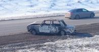 В Омске на виадуке загадочно сгорел автомобиль