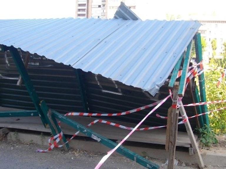 В Омске забор упал на припаркованные автомобили