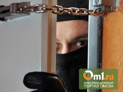 В Омске в подъезде дома разбойник сорвал с женщины ювелирные украшения