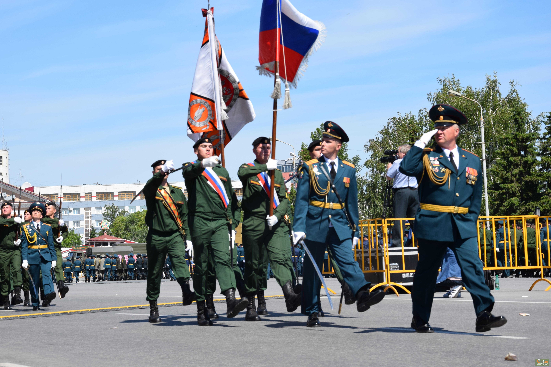 Молодые офицеры попрощались со знаменем института и поклялись служить честно