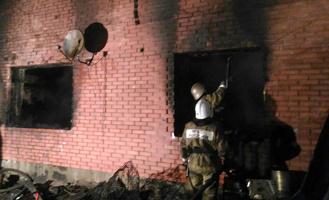 Дом в Калачинске, где жила семья с приемными детьми, тушили 8 часов (видео)