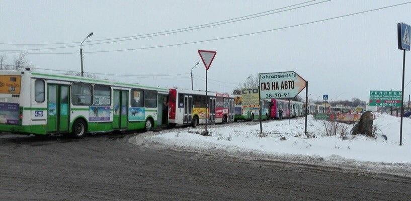 Очевидцы: в Омске на заправке очередь из автобусов