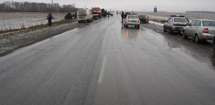 На трассе Тюмень — Омск иномарка влетела под грузовик: погиб водитель