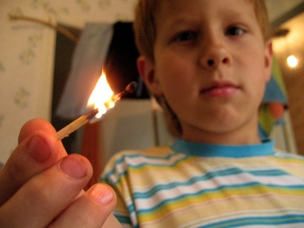 В Омской области подростки подожгли школьнику ногу, облив бензином
