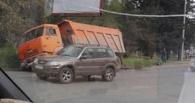 В придорожную канаву на Красном пути в Омске свалился КамАЗ