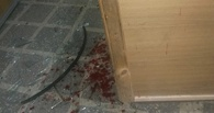 В омской больнице пациент ранил охранника стеклянной дверью