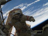 Российские космонавты проводят работы в открытом космосе