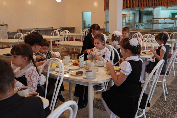Школьники в Омске с первого февраля будут питаться по полной стоимости