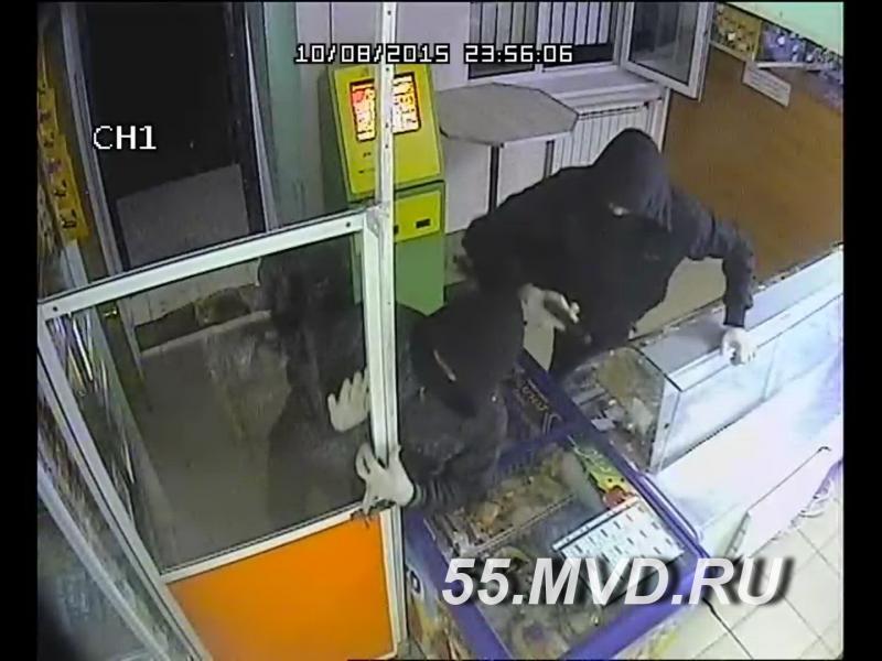 В Омске двое в масках ограбили круглосуточный магазин