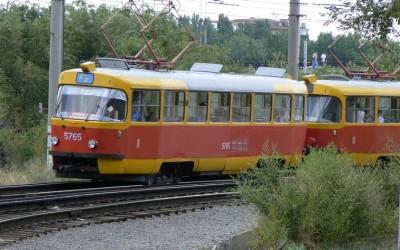 В Советском округе Омска трамвай №7 сбил молодого парня