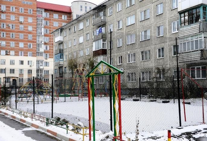Жильцы многоэтажки вНефтяниках за собственный счет сделали спортплощадку ипарковку